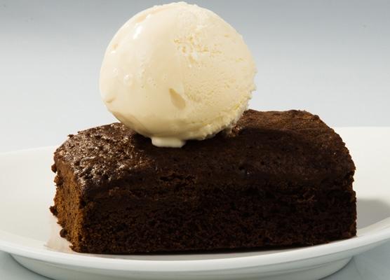 Шоколадный брауни с шариком мороженого