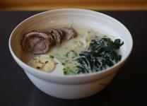 Суп рамен со свининой в пряном тайском бульоне с кокосовым молоком